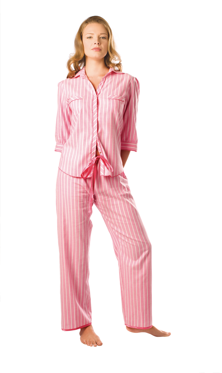 Pijamalı ve eşofmalı bayan resimleri lazım